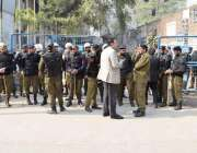 لاہور: تحریک انصاف کے مرکزی رہنما عبدالعلیم خان کی پیشی کے موقع پر پولیس ..