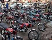 راولپنڈای: راجہ بازار میں موٹرسائیکل پارک کیے گئے ہیں جس کے باعث ٹریفک ..