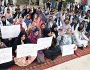 لاہور: ایپکا ملازمین اپنے مطالبات کے حق میں احتجاج کررہے ہیں۔