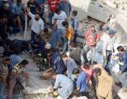 کراچی : ملیر کے علاقہ میں رہائشی میں عمارت گرنے کے بعد امدادی کاروائیاں ..