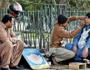 لاہور: ایک شہری سڑک کنارے عطائی سے اپنے دانتوں کا علاج کروا رہا ہے۔
