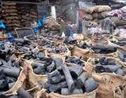 راولپنڈی: مزدور کوئلے فروخت کے لیے پیک کر رہے ہیں۔