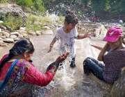 راولپنڈی: سیرو تفری کے لیے آئی فیملی پانی سے لطف اندوز ہو رہی ہے۔