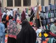 راولپنڈی: خواتین ہفتہ وار بازار سے سردیوں کے گرم کپڑے خریدرہی ہیں۔