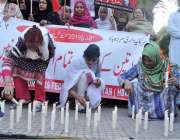 کراچی: کراچی پریس کلب کے سامنے ہوم بیسڈ وومن ورکرز کی ارکان محنت کش ..