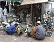 کوئٹہ: مزدور اپنی ورکشاپ میں موٹریں مرمت کر رہے ہیں۔