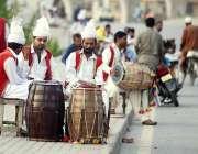 راولپنڈی: ڈھولچی سڑک کنارے بیٹھے گاہکوں کے منتظر ہے۔