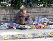 راولپنڈی: معمر شخص روڈ کنارے فٹ پاتھ پر بچوں کے کھانے کی اشیاء سجائے ..