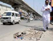 راولپنڈی: مری روڈ کنارے بننے والے گڑھے سے سریا باہر نکلا ہوا ہے جس سے ..