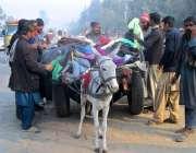 فیصل آباد: شہری سردی کی شدت میں اضافے کے باعث گرم کپڑے خرید رہے ہیں۔