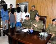 راولپنڈی: ایس پی صدر ڈویژن رائے مظہر اقبال پریس کانفرنس سے خطاب کر رہے ..