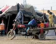 راولپنڈی: خانہ بدوش بچے موٹر سائیکل پر بیٹھے ہوئے ہیں۔