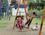 لاہور: مغلپورہ کینال روڈ پر واقع مقامی پارک میں بچے جھولے لے رہے ہیں۔