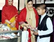لاہور: ڈپٹی کمشنر لاہور صالحہ سعید دارالشفقت میں بچوں میں تحائف تقسیم ..