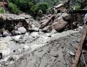 نیلم: لیسوا میں آنیوالے سیلاب کے بعد ایک متاثرہ شخص تباہ شدہ مکان کا ..