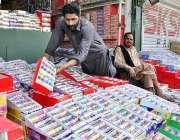 راولپنڈی: دکاندار گاہکوں کو متوجہ کرنے کے لیے چوڑیاں سجا رہا ہے۔