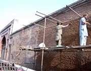 لاہور: صوبائی دارالحکومت میں شاہی ہمام کی تعمیراتی کام میں مصروف مزدور۔