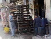 کوئٹہ: نوجوان محنت کش اپنی ورکشاپ میں کام کاج میں مصروف ہیں۔