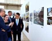 پیرس: فرینچ فوٹو کرافروں کی بنائی گئی تصاویر میں سیاحوں کی دلچسپی۔