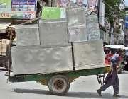 راولپنڈی: راولپنڈی: محنت کش ہتھ ریڑھی پر پیٹیاں اور صندوق لادھے جا رہاہے۔