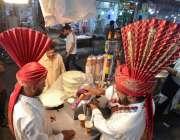 راولپنڈی: دکاندار ماہ صیام میں سحری کے وقت لسی فروخت کر رہا ہے۔