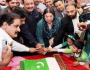لاہور: وزیر صحت پنجاب ڈاکٹر یاسمین راشد یوم پاکستان کے موقع پر کیک کاٹ ..