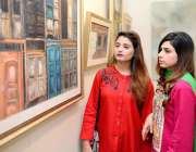 لاہور: گورنمنٹ کالج یونیورسٹی میں طالبات منہاس آرٹ گیلری میں طلبہ کی ..