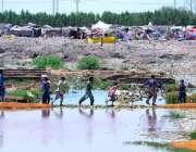 حیدر آباد: نوجوان سیوریج کے جمع شدہ پانی سے گز رہے ہیں۔