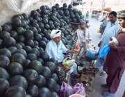 لاہور: شہری تربوز خرید رہے ہیں۔