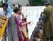 راولپنڈی: خواتین سڑک کنارے لگے سٹال سے عینکیں پسند کر رہی ہیں۔