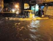 راولپنڈی: موسلا دھار بارش کے دوران جامعہ مسجد روڈ پر بارش کے جمع شدہ ..