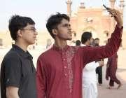 لاہور: بادشاہی مسجد کے احاطے میں نوجوان سیلفی لے رہے ہیں۔