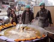 راولپنڈی: دکاندار گاہکوں کو متوجہ کرنے کی مچھلی فرائی کررہے ہیں۔