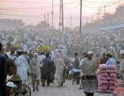 راولپنڈی: سبزی منڈی میں ضلع بھر سے آئے خریداروں کے رش کا منظر۔