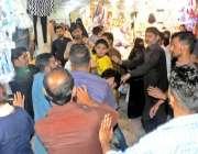 راولپنڈی: شہری موتی بازار میں شاپنگ کے لیے آئے نوجوانوں کو ہاتھا پائی ..