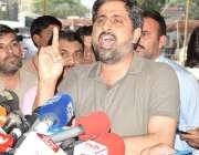 لاہور: صابق صوبائی وزیر فیض الحسن چوہان پنجاب اسمبلی کے احاطے میں میڈیا ..