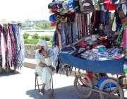 اسلام آباد: ریڑھی بان نے گاہکوں کو متوجہ کرنے کے لیے سکارف اور ٹوپیاں ..