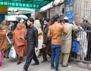 لاہور: میو ہسپتال کا عقبی دروازہ انتظامیہ کی طرف سے پورا نہ کھولے جانے ..