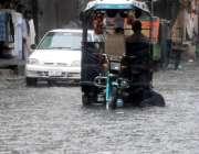 راولپنڈی: موسلا دھار بارش کے باعث خراب ہونیوالا چنگچی سڑک پر کھڑا ہے۔
