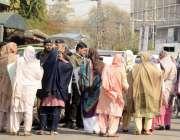 لاہور: کامونکی کی رہائشی خواتین پریس کلب کے سامنے مقامی پولیس کے خلاف ..