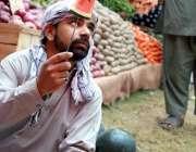 اسلام آباد: دکاندار گاہکوں کو تربوز کاٹ کر دکھا رہا ہے۔