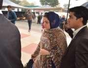 لاہور: تحریک انصاف کے رہنما عبدالعلیم خان سے ملاقات کے لیے انکی اہلیہ ..
