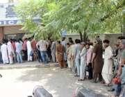 لاہور: شہری اپنی اصل دستاویزات کے حصول کے لیے ٹریفک سیکٹر کے باہر قطار ..