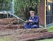 گلگت: معمرمحنت کش لکڑی کی ٹوکریاں بنانے میں مصروف ہے۔