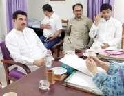 لاہور: صوبائی وزیر صحت ڈاکٹر یاسمین راشد اپنے دفتر میں وزیر محنت و انسانی ..