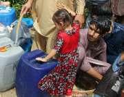 کراچی: پانی کی قلت کے باعث شہری دور دراز سے پینے کا پانی بھرنے پر مجبور ..