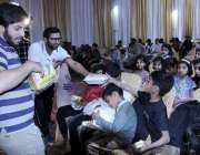 لاہور: احساس ویلفیئر سوسائٹی کے زیر اہتمام تقریب کے دوران بچوں میں ..