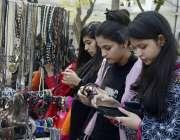 لاہور: لاہور گورنمنٹ کالج وومن یونیورسٹی میں خواتین ایک سٹال سے ہاتھ ..