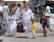 راولپنڈی: ایک فیملی عید منانے کے لے اپنے آبائی علاقہ کو جانے کے لیے ..
