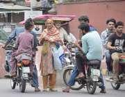 لاہور: شہری عیدالفطر کے لیے نئے کرنسی نوٹ خرید رہے ہیں۔